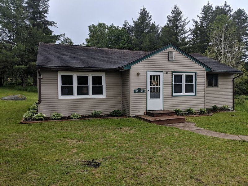 Ranch style house on main road between Cranberry & Tupper Lakes, holiday rental in Tupper Lake