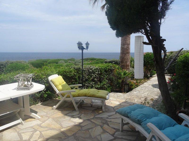 Terrasse et jardin les pieds dans l'eau, crique à 30 m, Marine de Sant Ambroggio, vakantiewoning in Calvi
