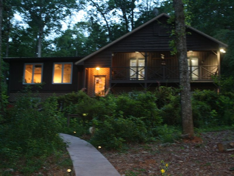 Lake Keowee lakefront 4 bedroom 3 bath home with dock, patio and fire pit., holiday rental in West Union