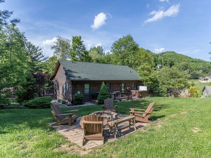 Bear N Grace - Boone Cabin with Big Yard in Quiet Community with hot tub, fire p, holiday rental in Vilas