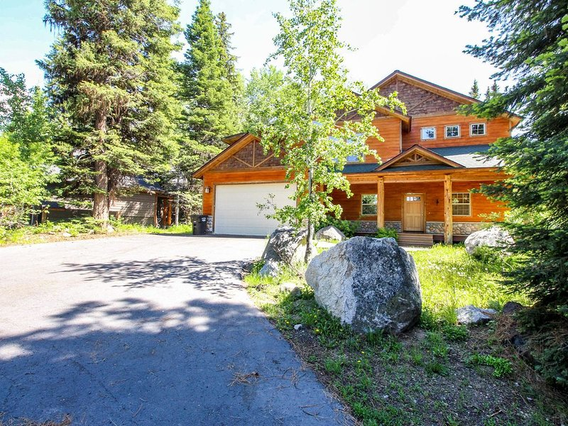 Deluxe, dog-friendly cabin w/ a shared pool & hot tub in a convenient location, holiday rental in McCall