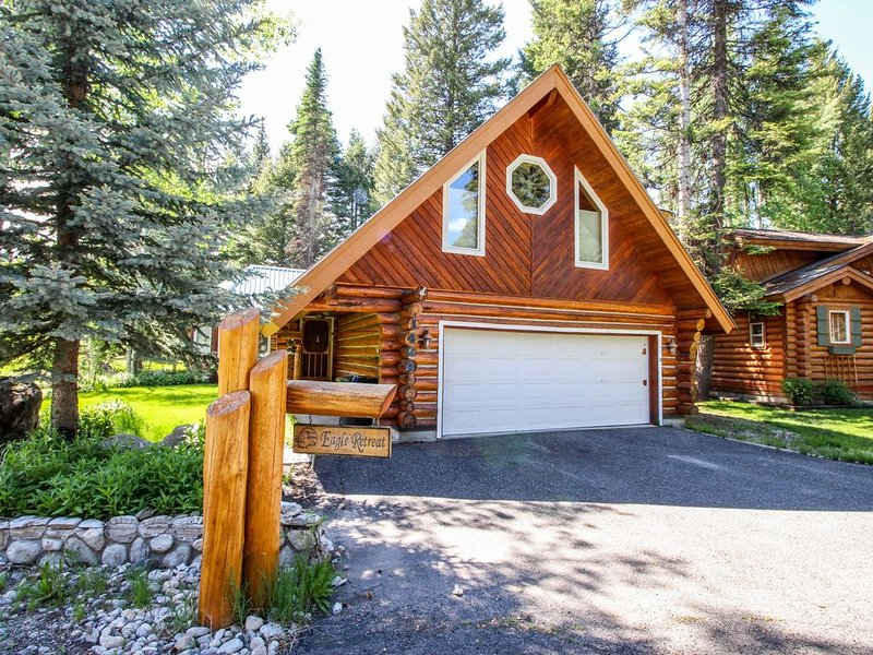Charming log home w/ private hot tub - right on the golf course, near the beach!, holiday rental in McCall
