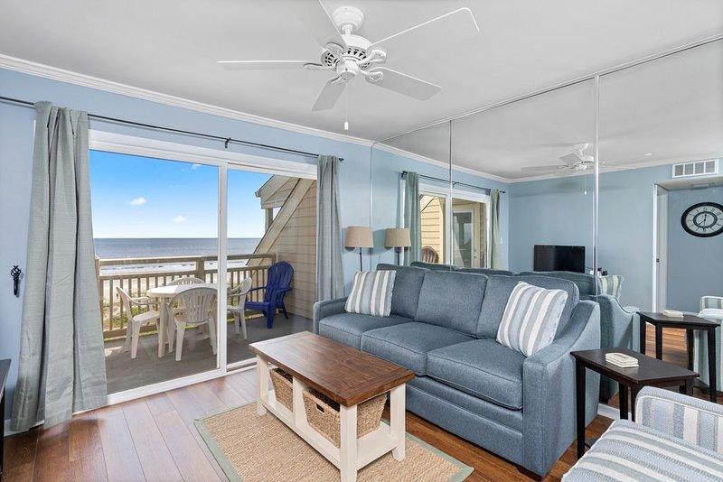 Ocean Front Paradise: 2 BR / 2 BA condo in Caswell Beach, Sleeps 4, location de vacances à Caswell Beach