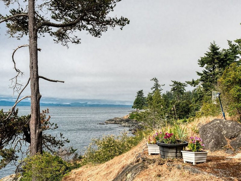 Oceanfront West Coast Vacation Home-Surfside Cottage with hot tub, vacation rental in Vancouver Island