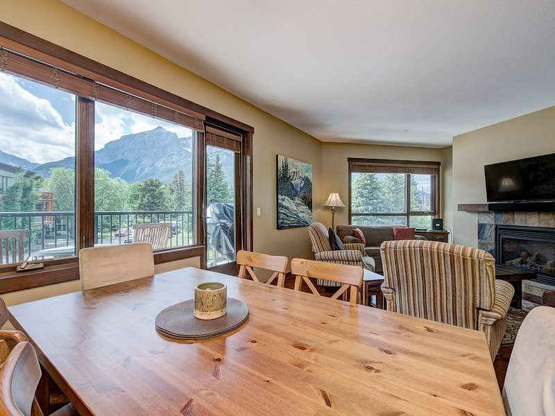 Canmore Immaculate Corner Unit - Panoramic Mountain Views - Central Location, alquiler de vacaciones en Kananaskis Country