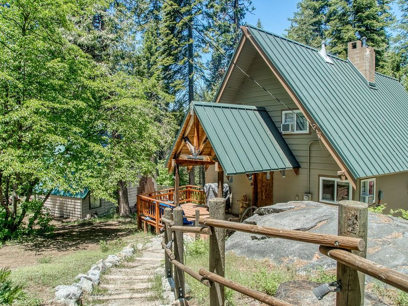 Contemporary cabin with plenty of room & lovely tree-lined views, casa vacanza a Shaver Lake