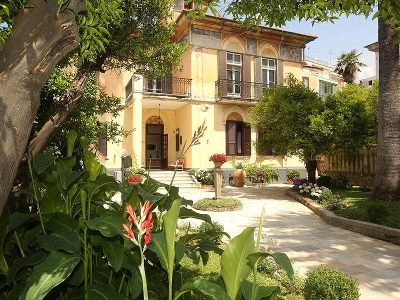Villa Elide - Chiara 4 people Independent apartment Historical residence GARDEN, vacation rental in Vico Equense