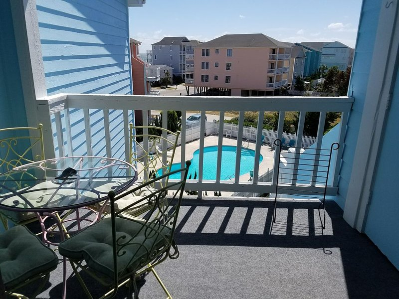 Just steps from the beach! Atlantic Lounging at Carolina Beach., holiday rental in Myrtle Grove
