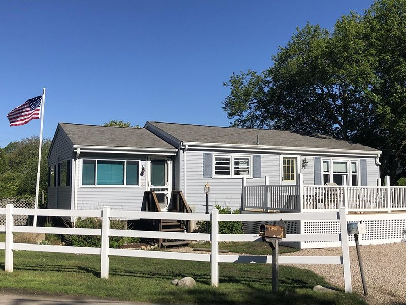 Cute, Clean, Cozy and Quiet Scarborough Beach House with A/C - Walk to Beach!!!, location de vacances à Narragansett