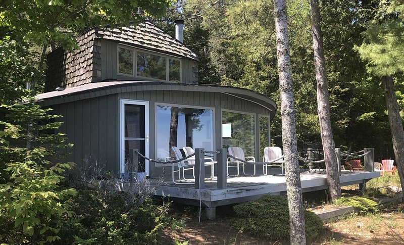 Unique Cabin with Private Beach on Lake Michigan, vakantiewoning in Leelanau County