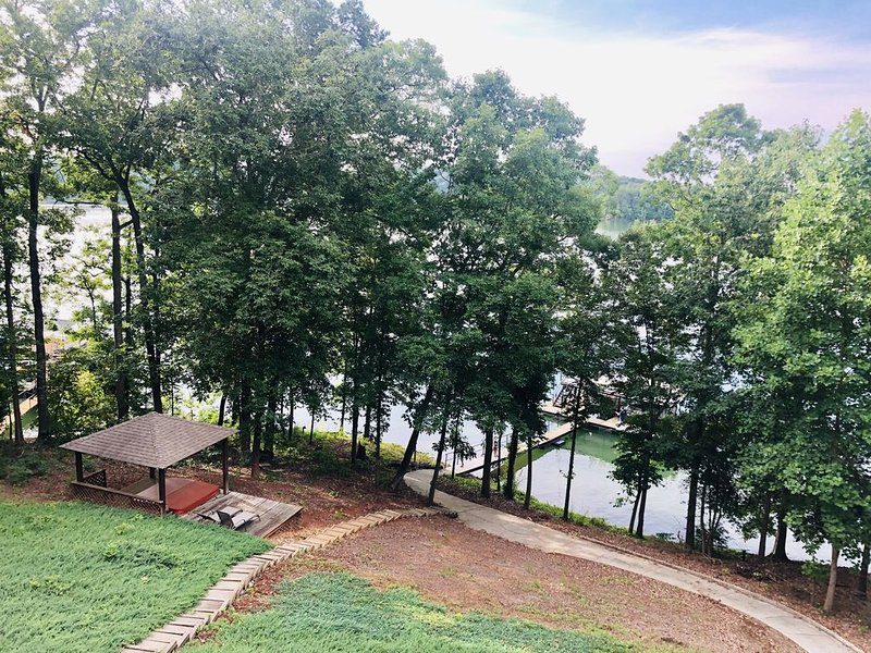 On Lake Hartwell in SC - 3 Bedroom Lake Front Home with Hot Tub!, holiday rental in Pendleton