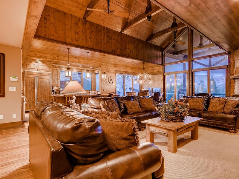 Lumber Jack Lodge: Spacious Ski-In/Out Home w/ Hot Tub, Pool Table, Shuttle, holiday rental in Frisco