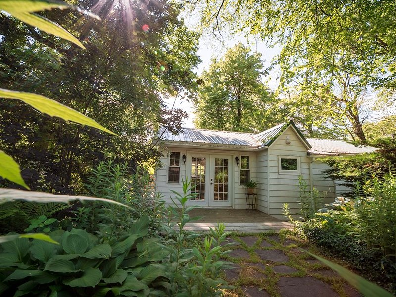 Waterfront pet friendly cottage getaway#chezrivegauche, casa vacanza a Saugerties
