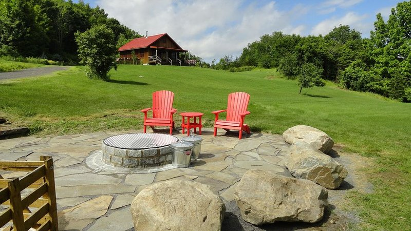 New Mountain Home on 56 acres with outdoor year round hot tub, location de vacances à Comstock