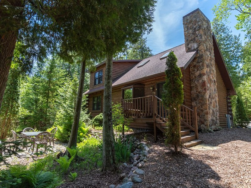 Newer Log Home on Clarks Lake with Dock and Boats, vakantiewoning in Jacksonport