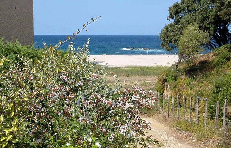 A 150m de la plage, rez-de-jardin au calme avec climatisation, tout équipé, location de vacances à Calcatoggio