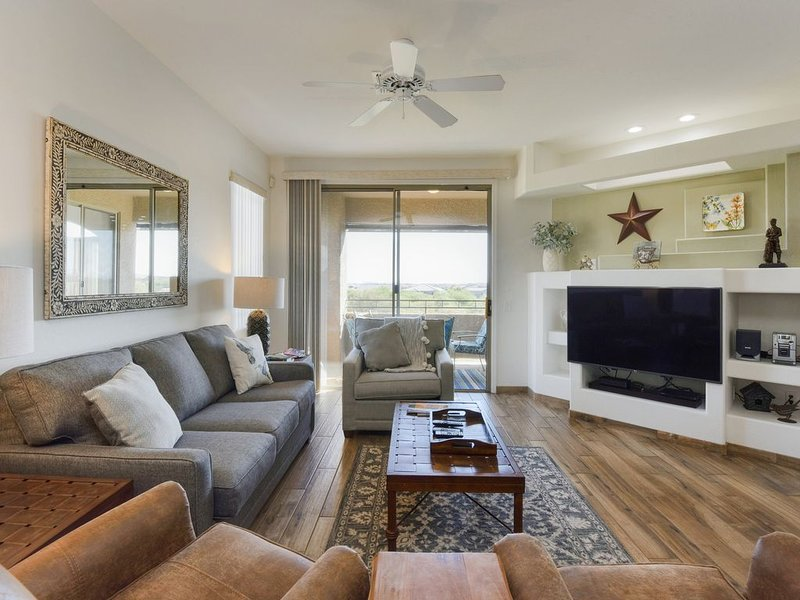 Open and bright condo w/ shared pool, hot tub, and panoramic views!, alquiler de vacaciones en Oro Valley