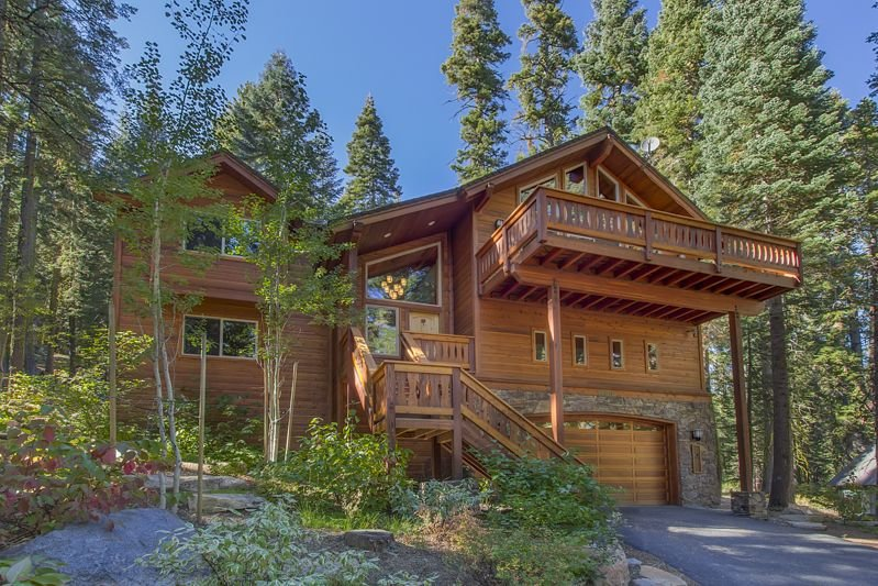 Tahoe Treehouse: Spectacular Forest Setting and HOA Beach Access, location de vacances à Homewood