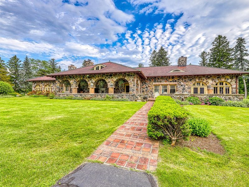 Lakefront mansion w/private pool, hot tub, pool table & lake access, holiday rental in South Hero