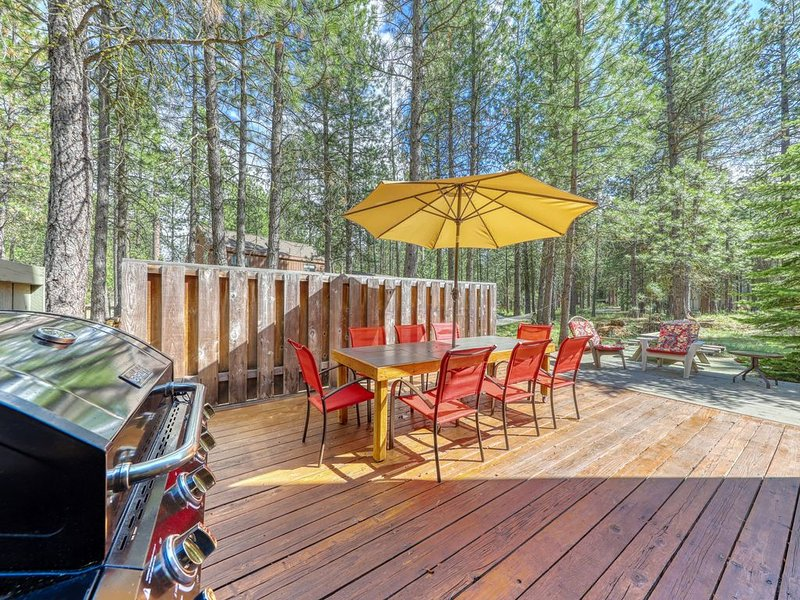Unique house close to Black Butte Ranch Lodge - shared pool, hot tub & more!, holiday rental in Black Butte Ranch