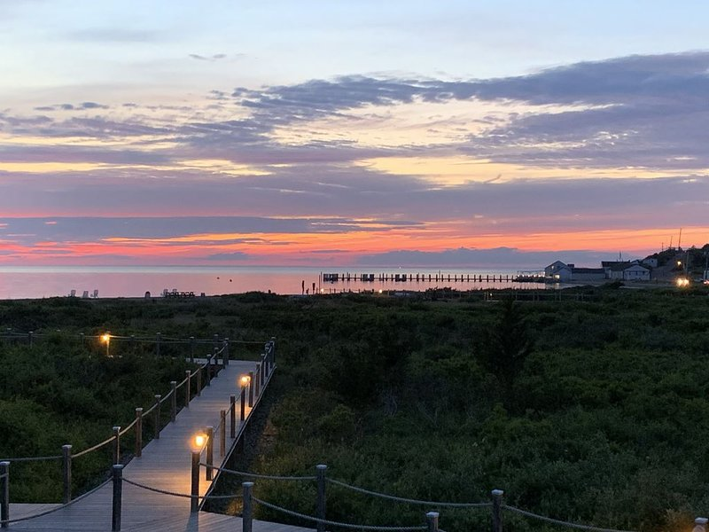 Updated Modern Waterfront condo with private beach, pool, tennis, pier & more., location de vacances à Hamptons