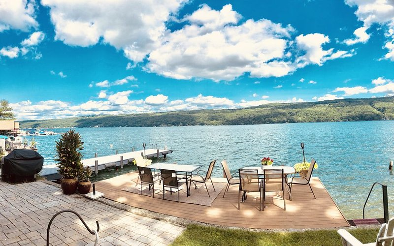 10% OFF JULY NEW PVT. DOCKS/DECKS NEW BEDS HOUSE RIGHT ON THE WATER, vacation rental in Hammondsport