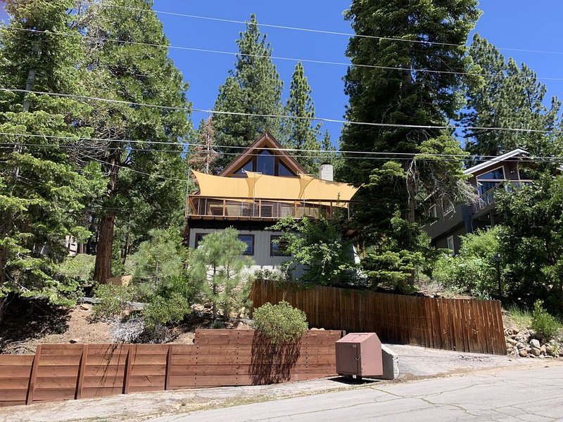 Spacious Tahoe Home W Lake Views, Hot Tub, 5 Mins to Northstar, alquiler de vacaciones en Kings Beach
