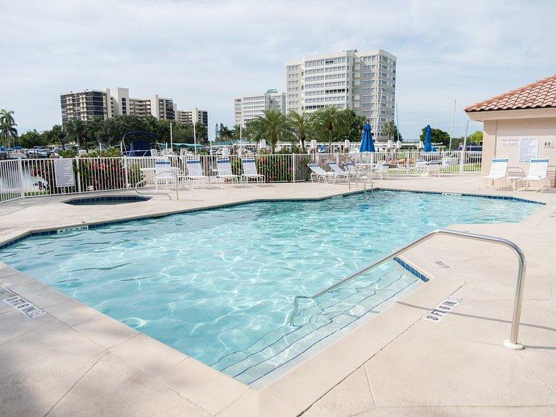 Spectacular condo at Vanderbilt Beach with heated pool and spa, alquiler de vacaciones en Naples Park