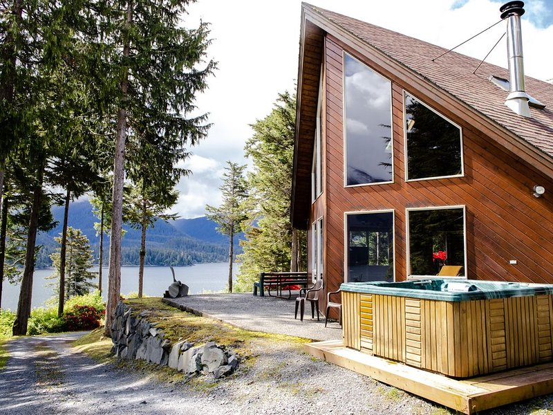 Golden Alaskan Lodge a Secluded Alaska Mountain Hideaway, 4 Bdrs, 2 Bths with Ho, location de vacances à Sitka