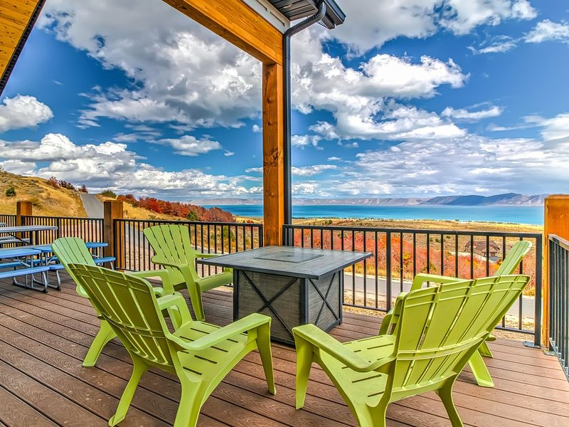 Gorgeous Bear Lake getaway with private hot tub and game room!, vacation rental in Garden City
