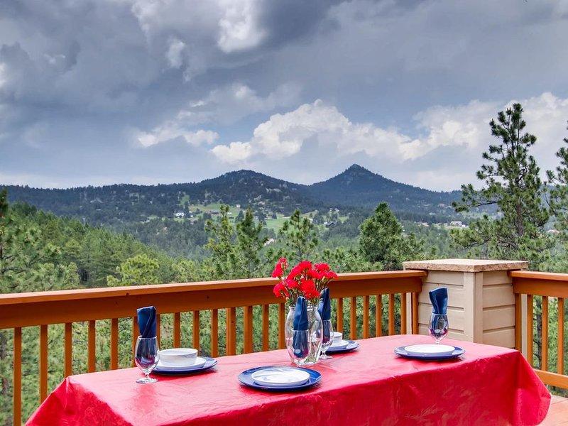 Mountain Lodge Near City & Red Rocks*Multi-Family*Spacious*Views!, location de vacances à Kittredge