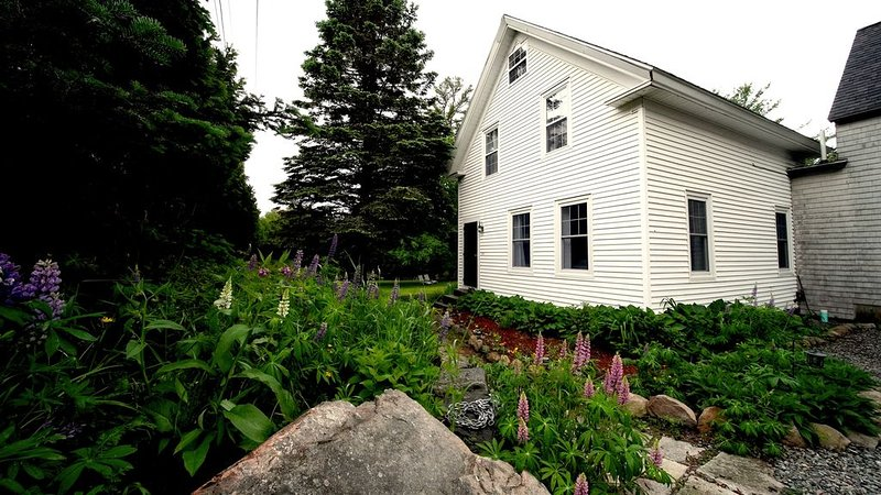 FARMHOUSE RETREAT in the ❤️ Of Acadia National park/wild blueberries on 3 acres!, location de vacances à Parc national d'Acadie