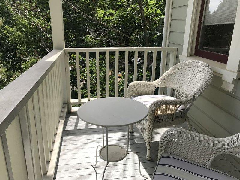 Disfrute de la relajación en el porche delantero por encima de Grove St.