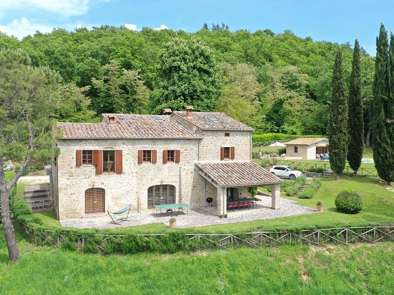 Stunning farmhouse with heated Pool and extensive views over Umbria and Tuscany, vacation rental in Calzolaro