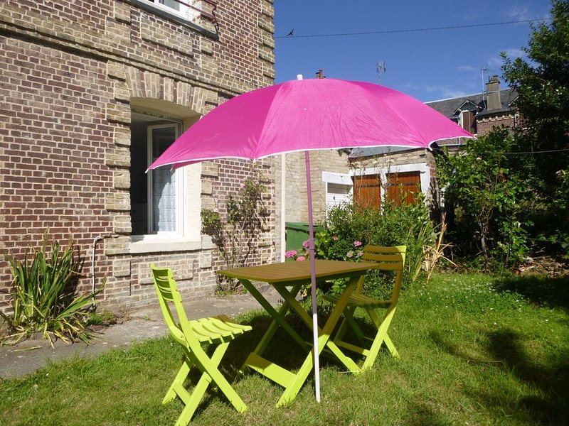 Appart 32m², WIFI, parking, jardin+barbecue+abri permettant de ranger des vélos, holiday rental in Dieppe