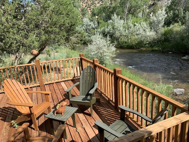 Take Me to the River: Stylish Cottage in Gorgeous Canyon on the Embudo River, vacation rental in Carson