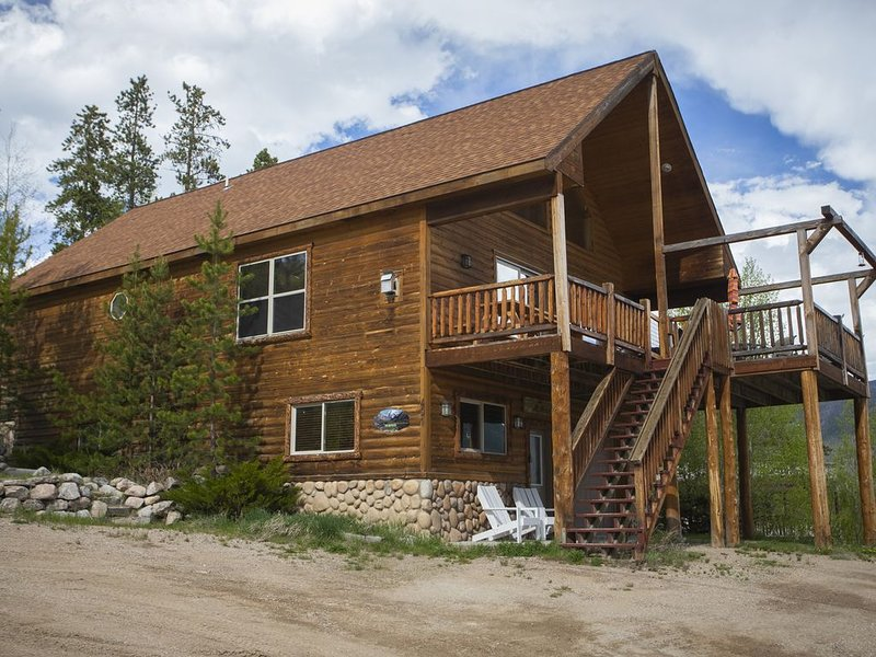 Gorgeous Grand Ave Home with Beautiful Views of Mtns. & Lake!!, holiday rental in Grand Lake