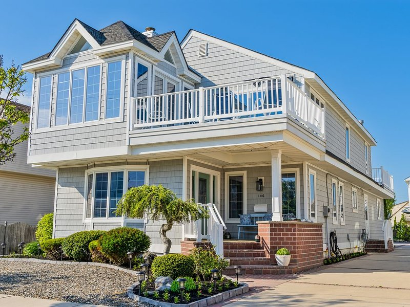 NEW LISTING Upscale Stone Harbor View of / Steps from Stone Harbor's Best beach, holiday rental in Stone Harbor