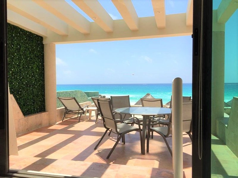 Beach Villa with terrace overlooking the Caribbean w/private entrance to beach, holiday rental in Cancun
