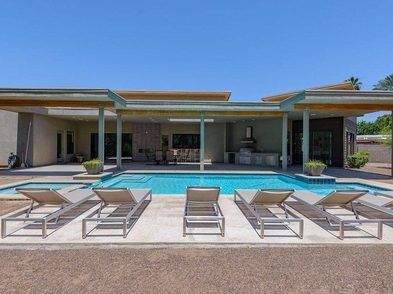 New large contemporary custom home in Arcadia + Heated Pool/Spa!, alquiler de vacaciones en Phoenix