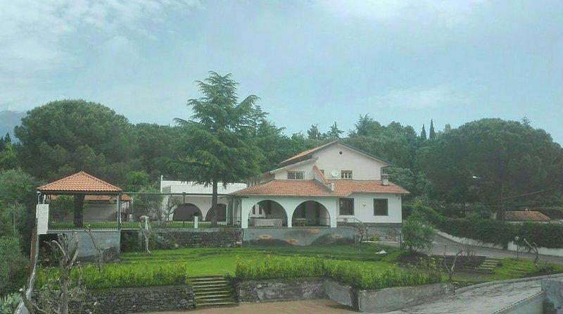 casa vacanze a Nicolosi. nuova costruzione, vacation rental in Mascalucia