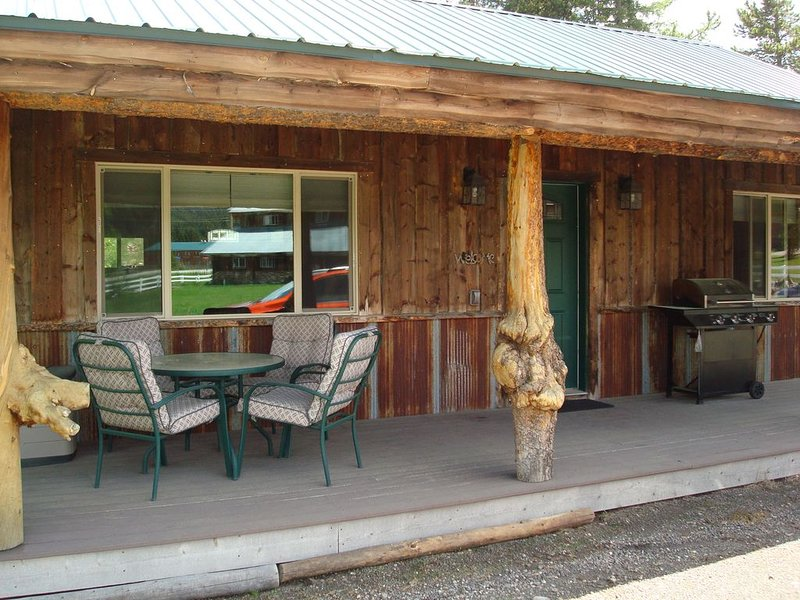 8 miles from Yellowstone! Newly built, look inside! Gas grill & next to creek., holiday rental in West Yellowstone