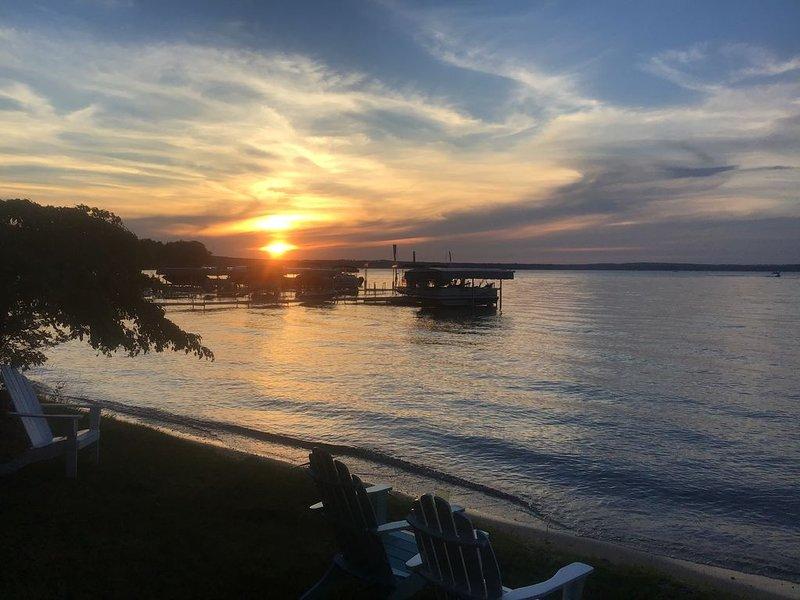 Higgins Lake Cottage with 102 ft lakefront, Boat Hoists, & everything provided!, aluguéis de temporada em Higgins Lake