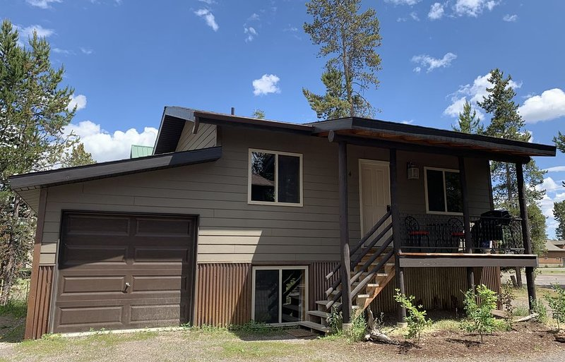 Western themed Cabin in Quiet neighborhood - 1 mile to Yellowstone Park!, aluguéis de temporada em West Yellowstone
