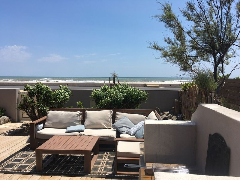 Vacances face à la mer, à 30 pas de la plage, appartement avec grande terrasse, holiday rental in Aude