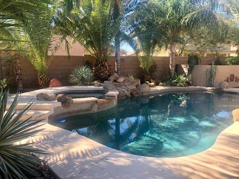 Exuberante jardín tropical con piscina / spa enterrado con fuente de agua