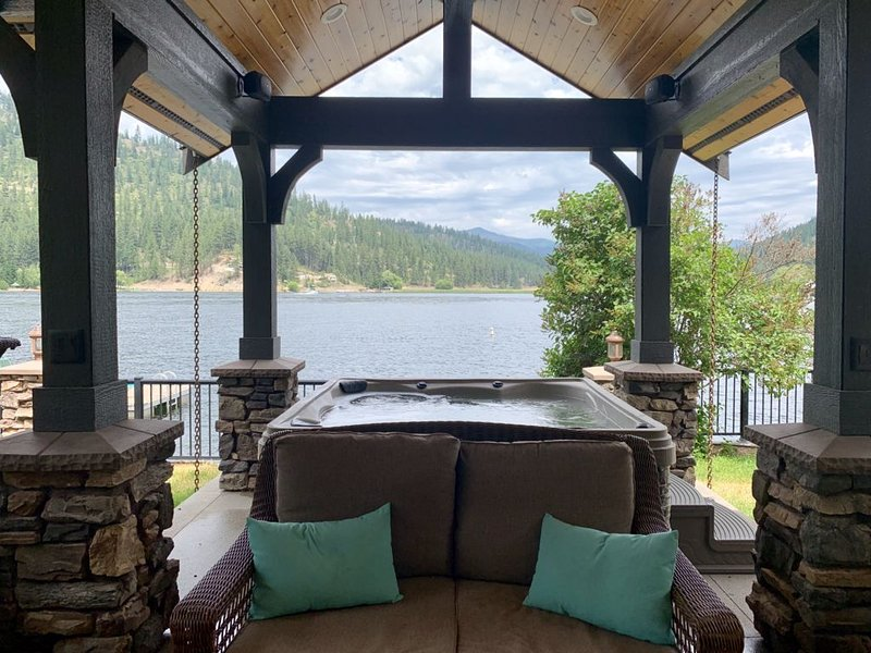 Waterfront Luxury Tiny Home w/ private dock and hot tub on Deer Lake, aluguéis de temporada em Elk
