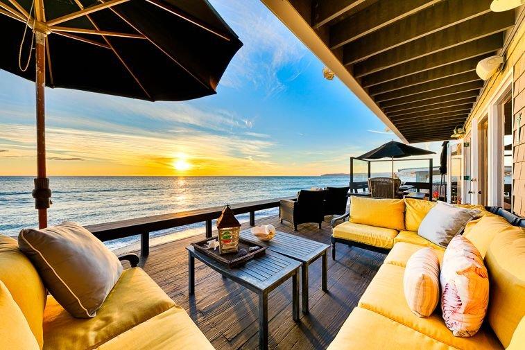 Oceanfront Cape Cod Style Home w/ Private Beach + Outdoor Living!, aluguéis de temporada em Dana Point