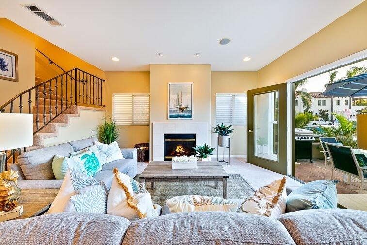 Coin salon confortable de la grande salle avec cheminée et accès direct à la terrasse où il est facile de regarder les gens.
