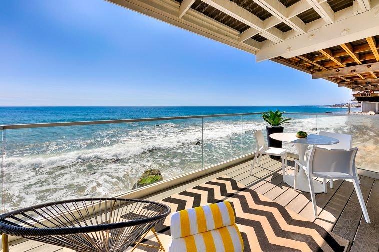 Patio privé face à la mer avec des accents de couleurs en harmonie avec le style de vie facile d'ici.